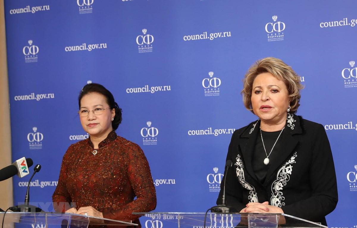 Chủ tịch Quốc hội Nguyễn Thị Kim Ngân và Chủ tịch Hội đồng Liên bang Nga V. Matvienko họp báo sau hội đàm. (Ảnh: Trọng Đức/TTXVN)
