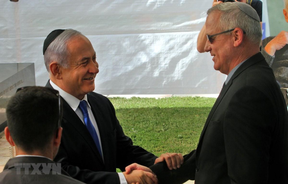 Thủ tướng Israel Benjamin Netanyahu (trái) trong cuộc gặp lãnh đạo đảng Xanh-Trắng Benny Gantz (phải) tại Jerusalem ngày 19/9. (Ảnh: AFP/TTXVN)