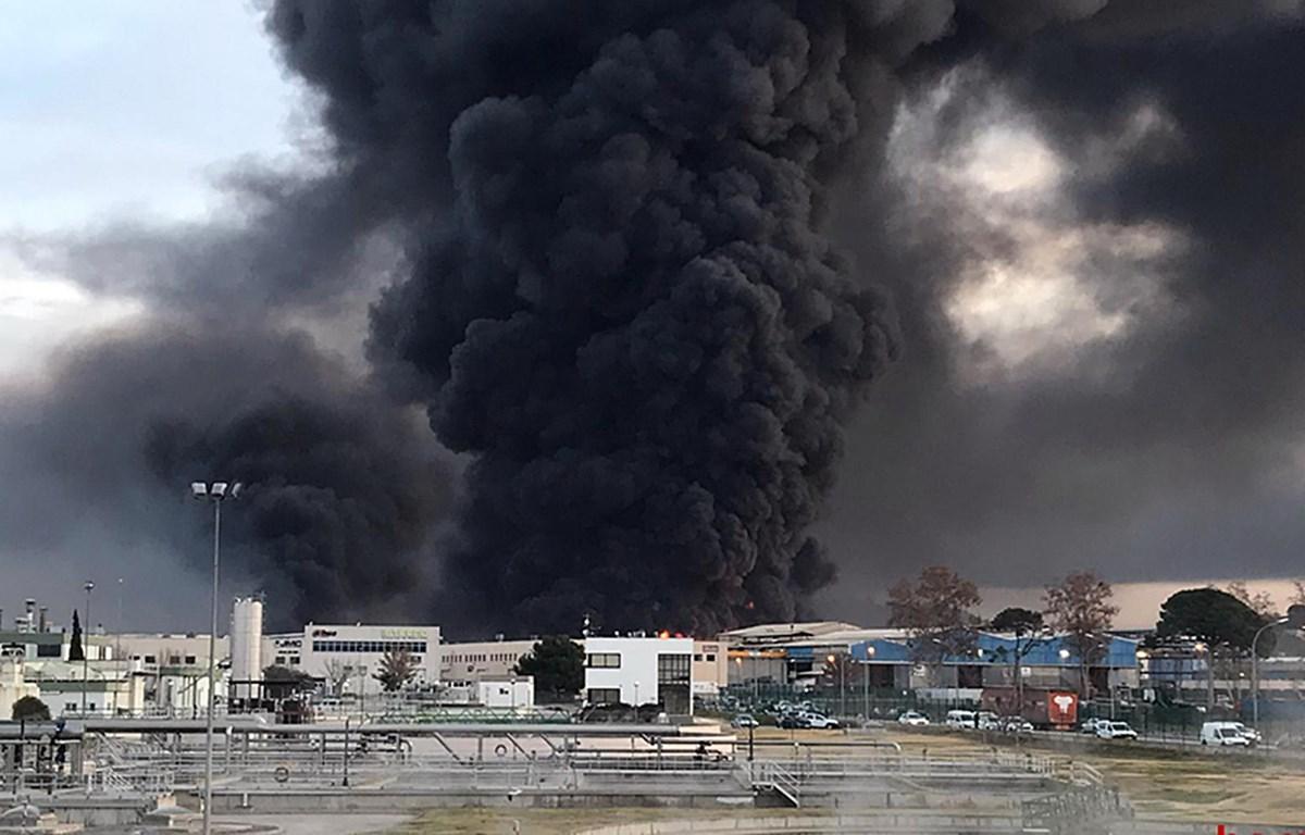 Hiện trường vụ hỏa hoạn tại nhà máy tái chế chất thải công nghiệp ở Montornes del Valles, Tây Ban Nha. (Ảnh: AFP/TTXVN)