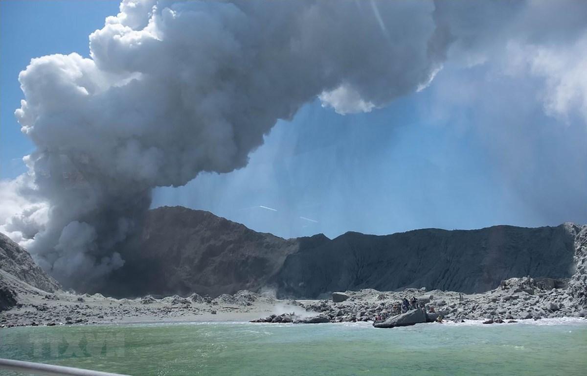 Núi lửa phun trào trên Đảo Trắng, New Zealand ngày 9/12. (Ảnh: THX/TTXVN)