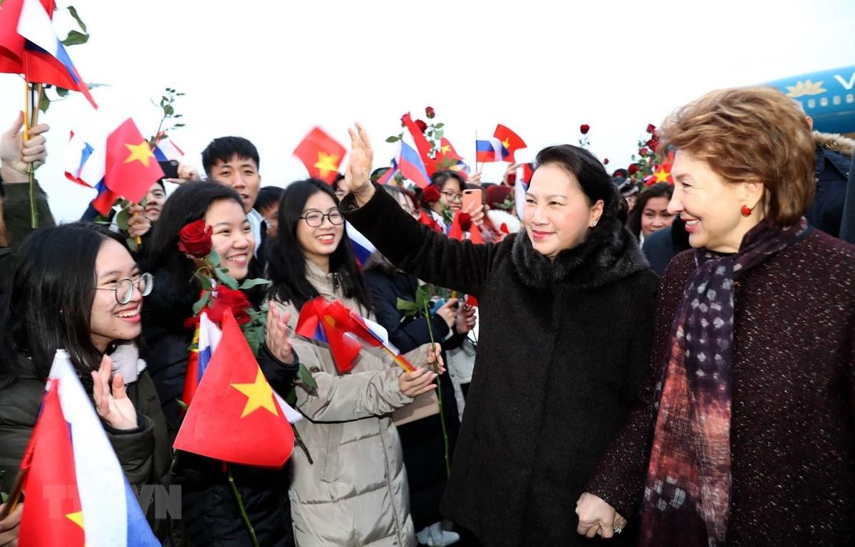 Cán bộ, nhân viên Đại sứ quán và đại diện cộng đồng người Việt đón Chủ tịch Quốc hội Nguyễn Thị Kim Ngân tại sân bay Vnukovo. (Ảnh: Trọng Đức/TTXVN)