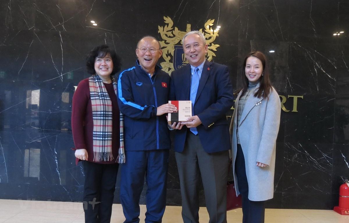 HLV Park hang-seo thay mặt U23 Việt Nam nhận quà từ Đại sứ Nguyễn Vũ Tú. (Ảnh: Mạnh Hùng-Hữu Tuyên/Vietnam+)