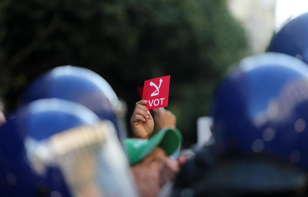 Người dân Algeria bỏ phiếu bầu cử Tổng thống.