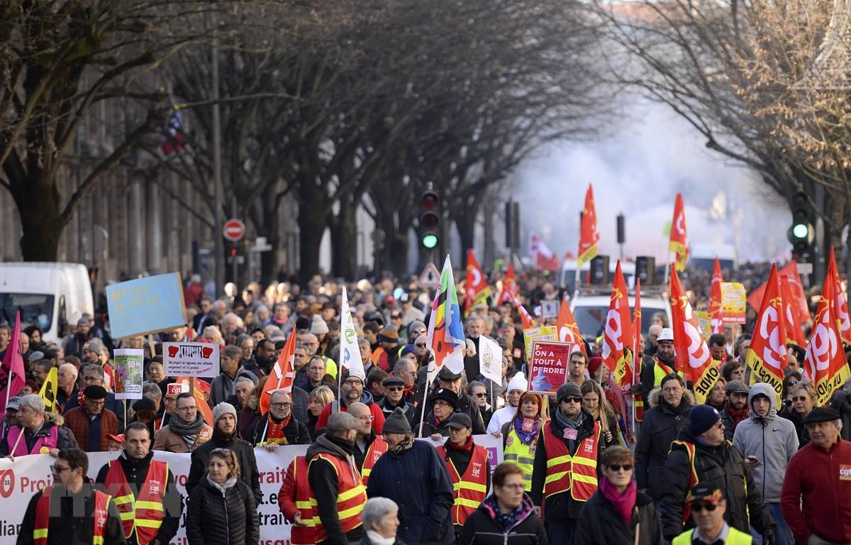 Người dân biểu tình phản đối kế hoạch của Chính phủ cải cách hệ thống lương hưu tại Bordeaux, Pháp. (Ảnh: AFP/TTXVN)