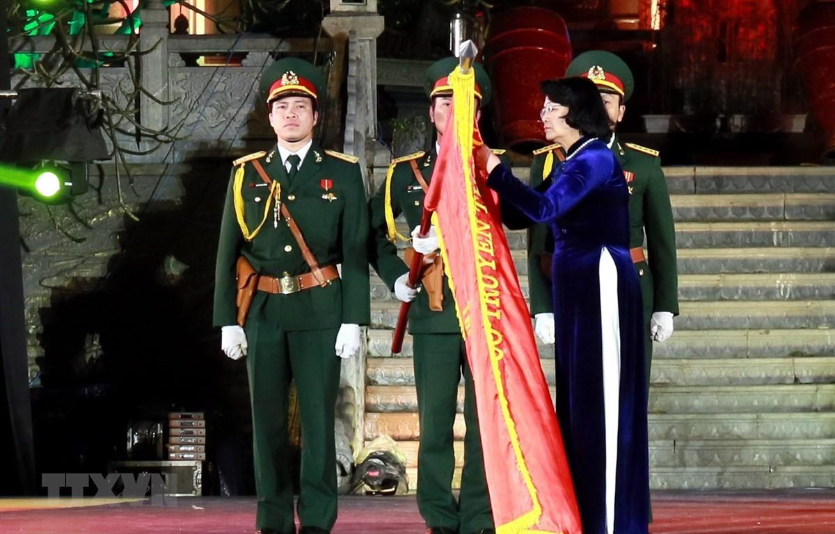 Thừa ủy quyền của Chủ tịch nước, Phó chủ tịch nước Đặng Thị Ngọc Thịnh đã trao Huân chương Lao động hạng Nhất cho Đảng bộ, chính quyền và nhân dân các dân tộc thị xã Phổ Yên. (Ảnh: Thu Hằng/TTXVN)