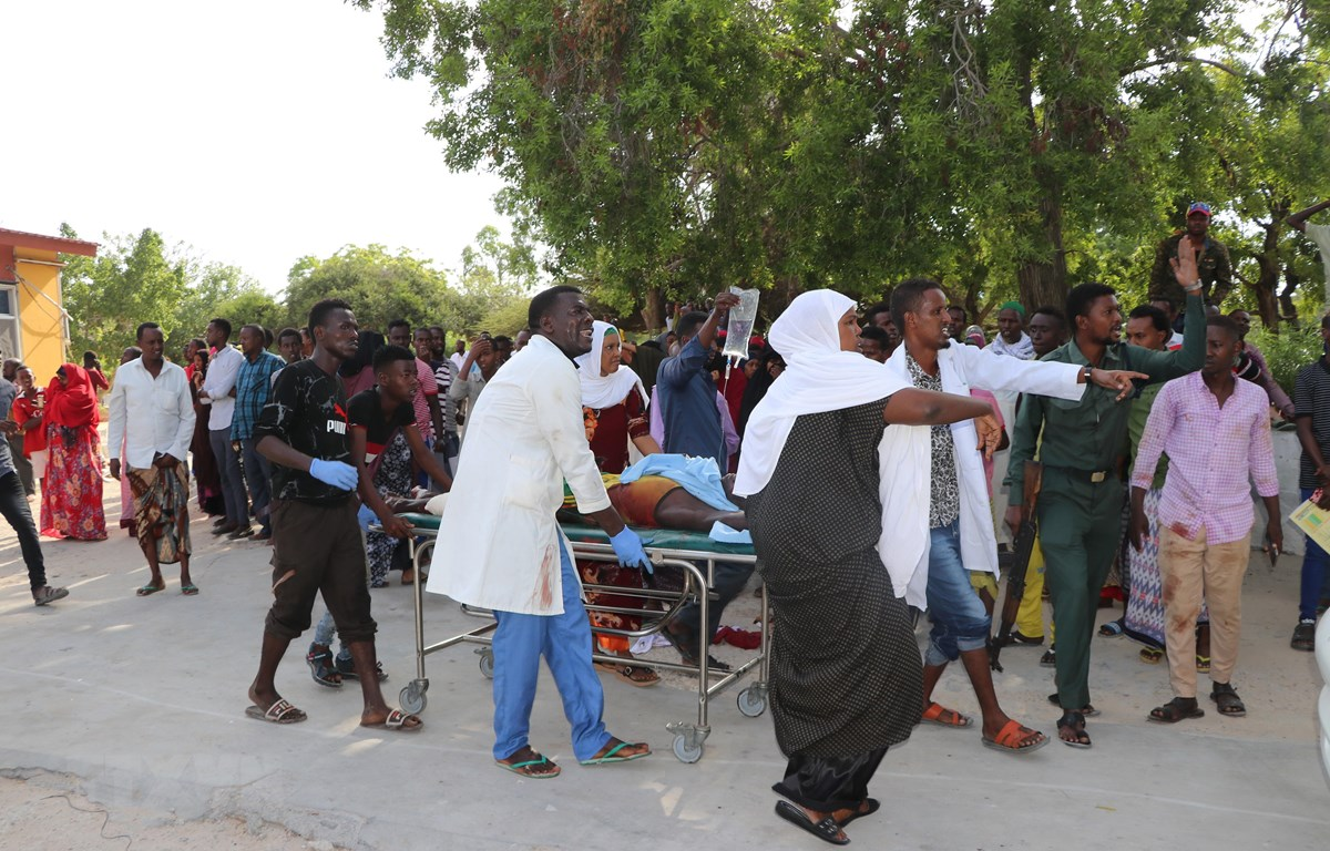 Chuyển người bị thương tại hiện trường vụ đánh bom ở thủ đô Mogadishu, Somalia ngày 28/12. (Ảnh: AFP/TTXVN)