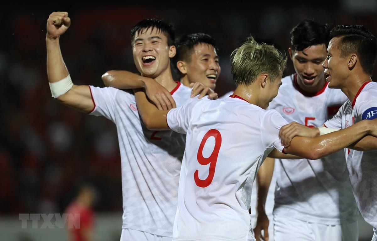 Tuyển Việt Nam ăn mừng ở trận thắng Indonesia tại vòng loại World Cup 2022. (Ảnh: Hoàng Linh/TTXVN)