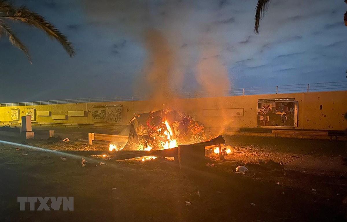 Xe ôtô bốc cháy sau vụ không kích do Mỹ tiến hành tại sân bay quốc tế thủ đô Baghdad, Iraq, ngày 3/1/2020. (Ảnh: AFP/ TTXVN)