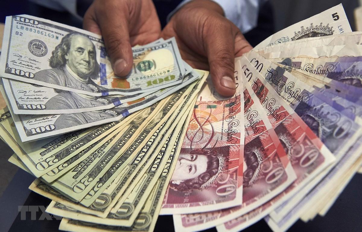 Đồng bảng Anh và đồng đôla Mỹ. (Ảnh: AFP/TTXVN)