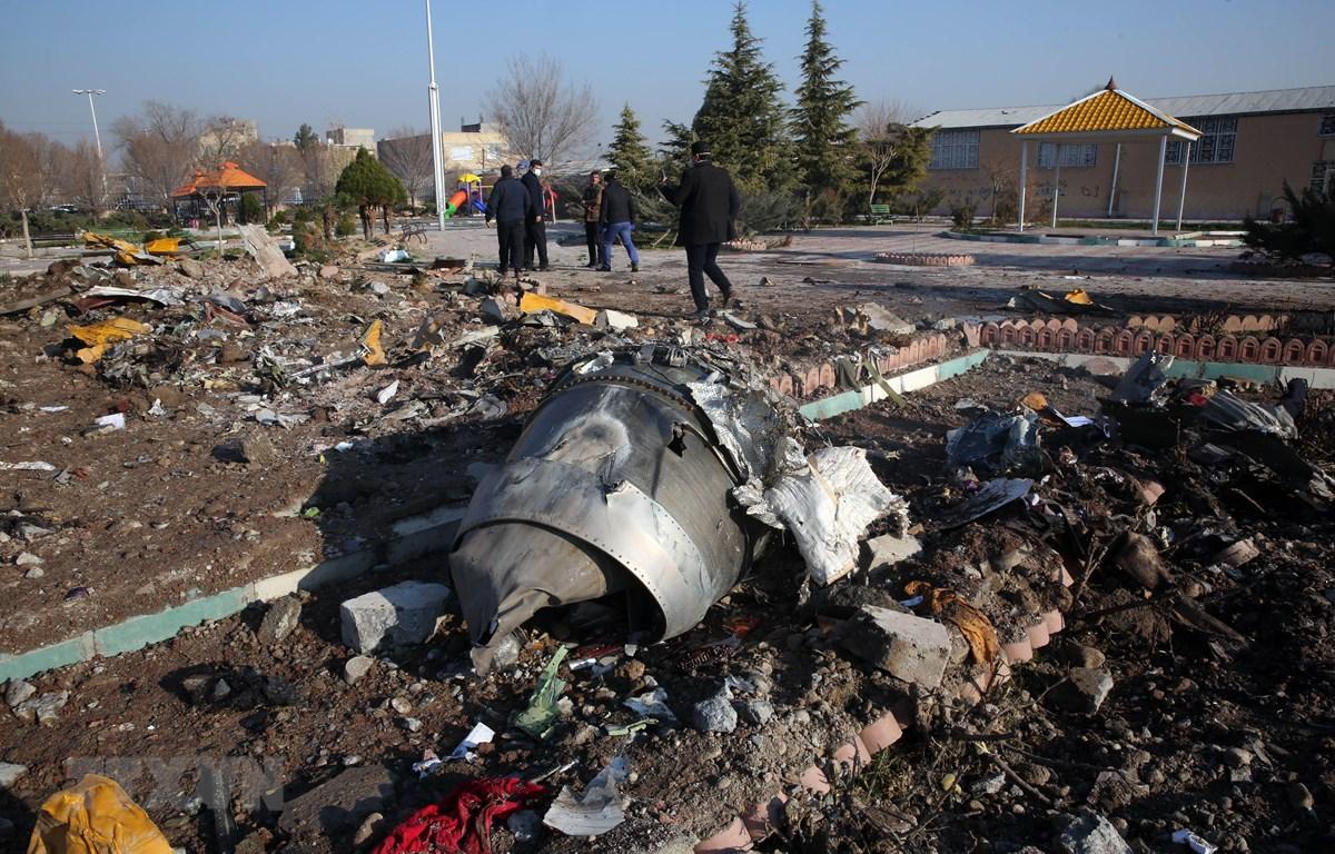 Hiện trường vụ máy bay của Hãng hàng không quốc tế Ukraine rơi tại Tehran, Iran. (Ảnh: AFP/TTXVN)