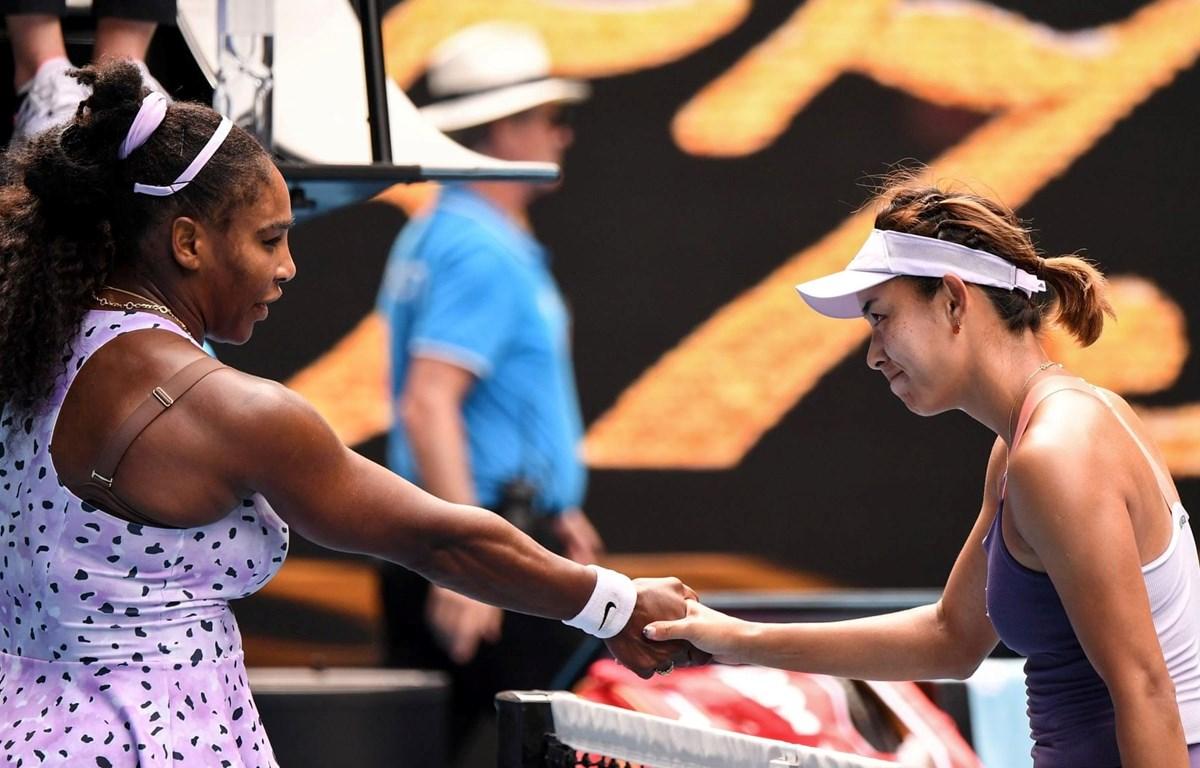 Qiang Wang (phải) đánh bại Serena. (Nguồn: Getty Images)