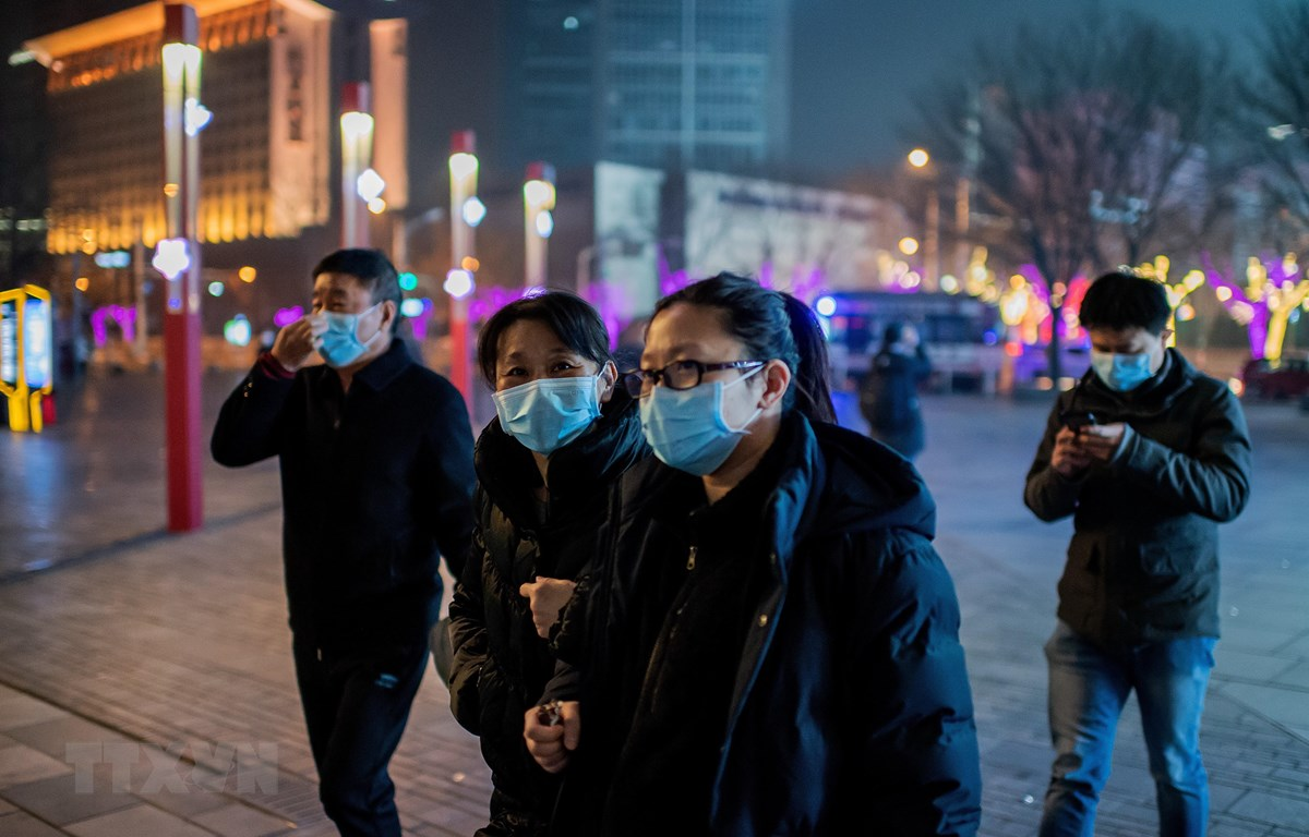 Người dân đeo khẩu trang để phòng tránh lây nhiễm virus corona tại Bắc Kinh, Trung Quốc, ngày 28/1. (Ảnh: AFP/TTXVN)