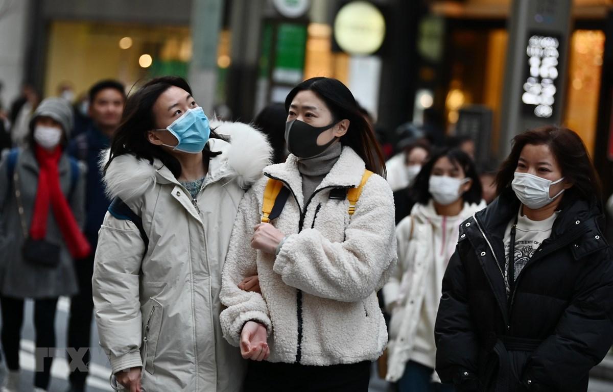 Người dân đeo khẩu trang để phòng tránh lây nhiễm virus corona tại Tokyo, Nhật Bản. (Ảnh: AFP/ TTXVN)