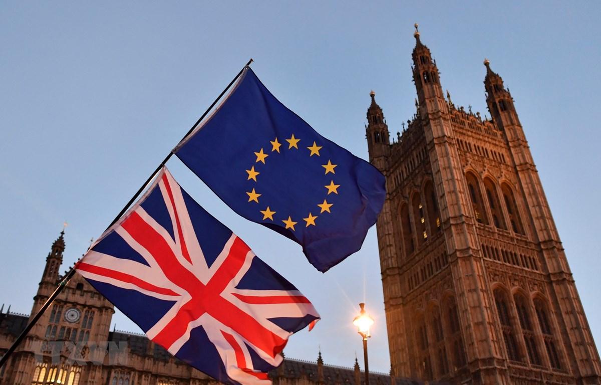 Cờ Anh (phía dưới) và cờ EU bên ngoài tòa nhà Quốc hội Anh tại London. (Ảnh: AFP/ TTXVN)