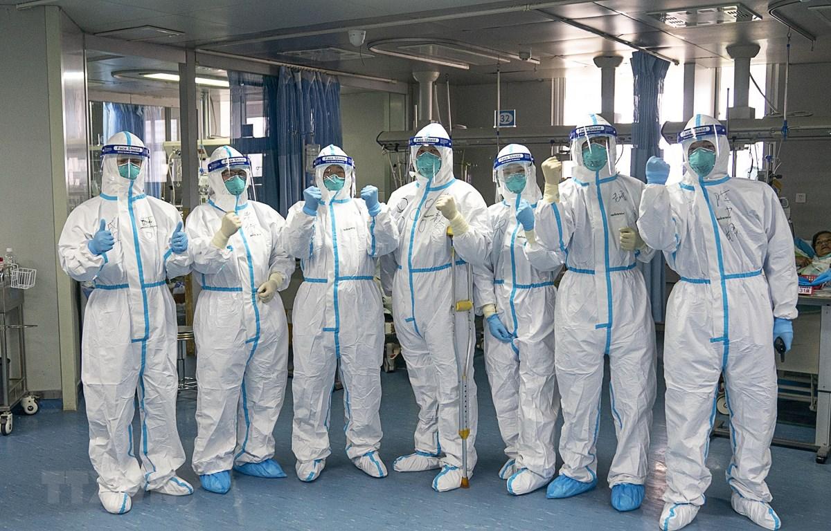 Nhân viên y tế làm việc tại bệnh viện ở Vũ Hán, Trung Quốc, ngày 24/1/2020. (Ảnh: THX/TTXVN)