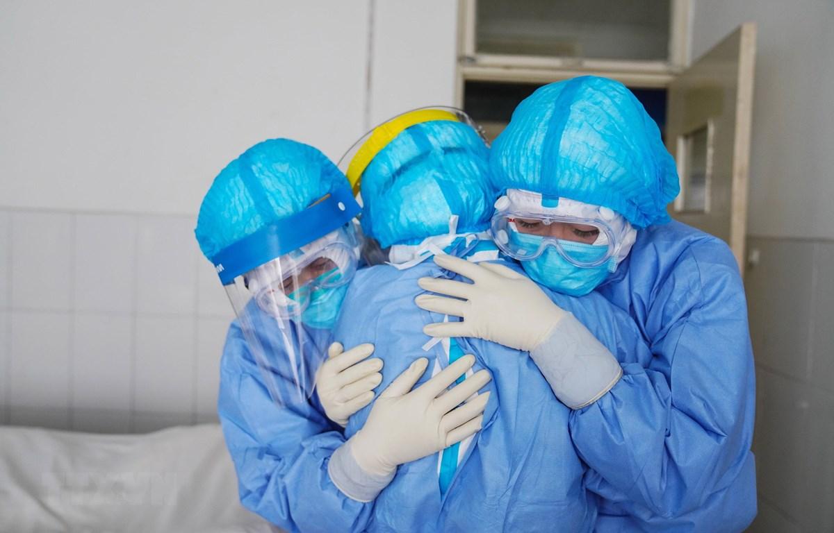 Nhân viên y tế động viên lẫn nhau để điều trị cho bệnh nhân nhiễm virus corona chủng mới tại Sơn Đông, Trung Quốc. (Ảnh: AFP/TTXVN)