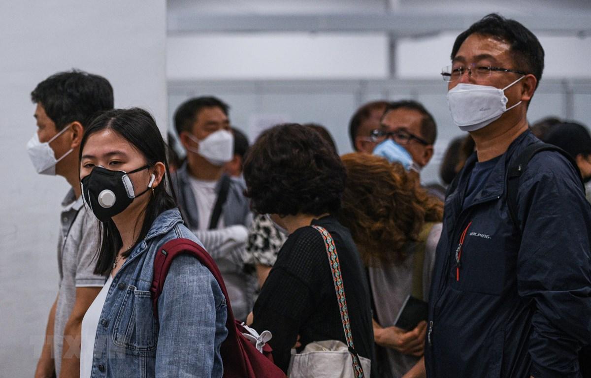 Hành khách đeo khẩu trang phòng lây nhiễm virus corona tại sân bay Kuala Lumpur, Malaysia. (Ảnh: AFP/TTXVN)