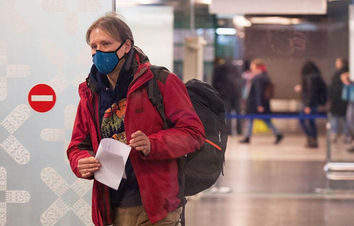 Người dân đeo khẩu trang phòng chống virus corona. (Nguồn: Reuters)