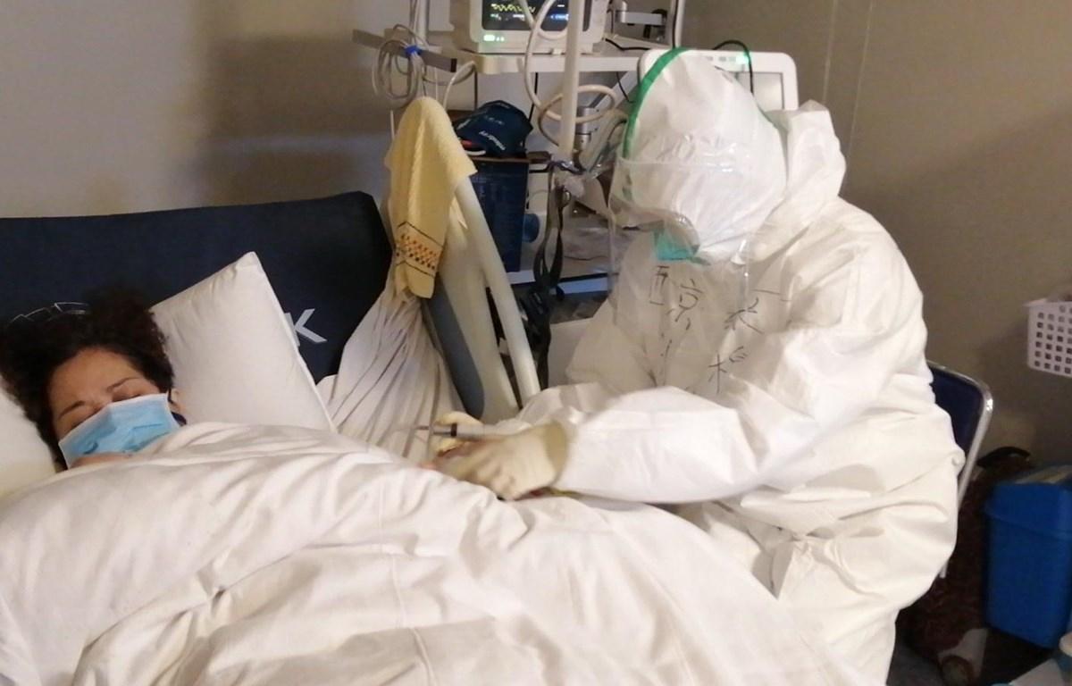 Bệnh nhân nhiễm virus corona được điều trị tại bệnh viện ở Vũ Hán, tỉnh Hồ Bắc, Trung Quốc, ngày 29/1. (Ảnh: THX/ TTXVN)
