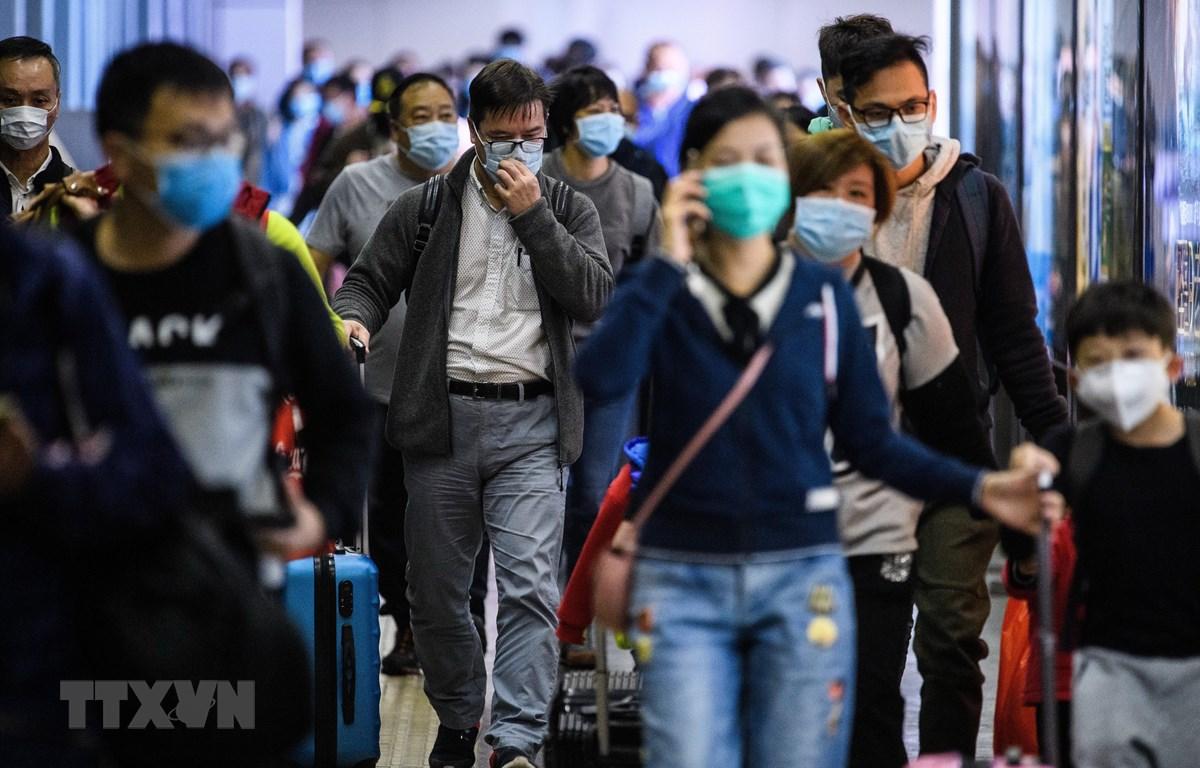 Hành khách đeo khẩu trang đề phòng lây nhiễm virus corona chủng mới tại một nhà ga ở Hong Kong. (Ảnh: AFP/TTXVN)