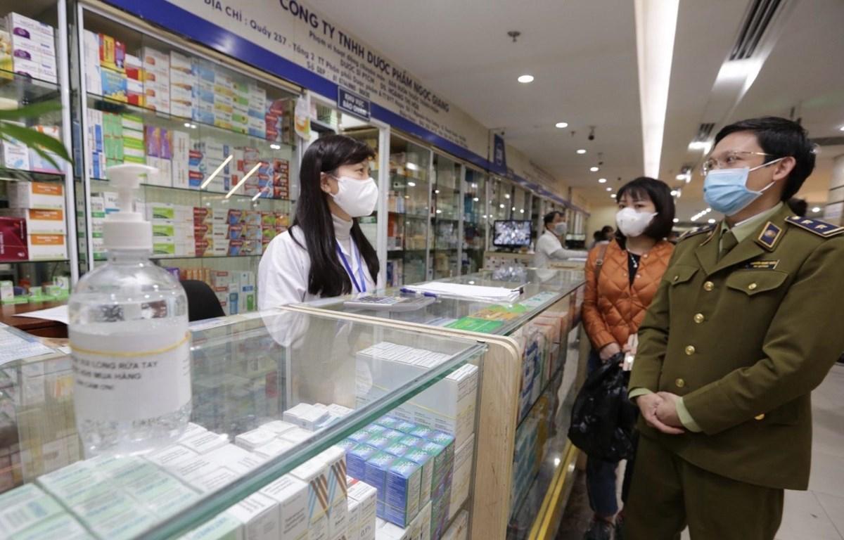 Lực lượng chức năng thị sát, kiểm tra, tuyên truyền các cửa hàng kinh doanh thuốc, dụng cụ y tế tại Trung tâm phân phối thuốc Hapulico, Thanh Xuân, Hà Nội. (Ảnh: Trần Việt/TTXVN)