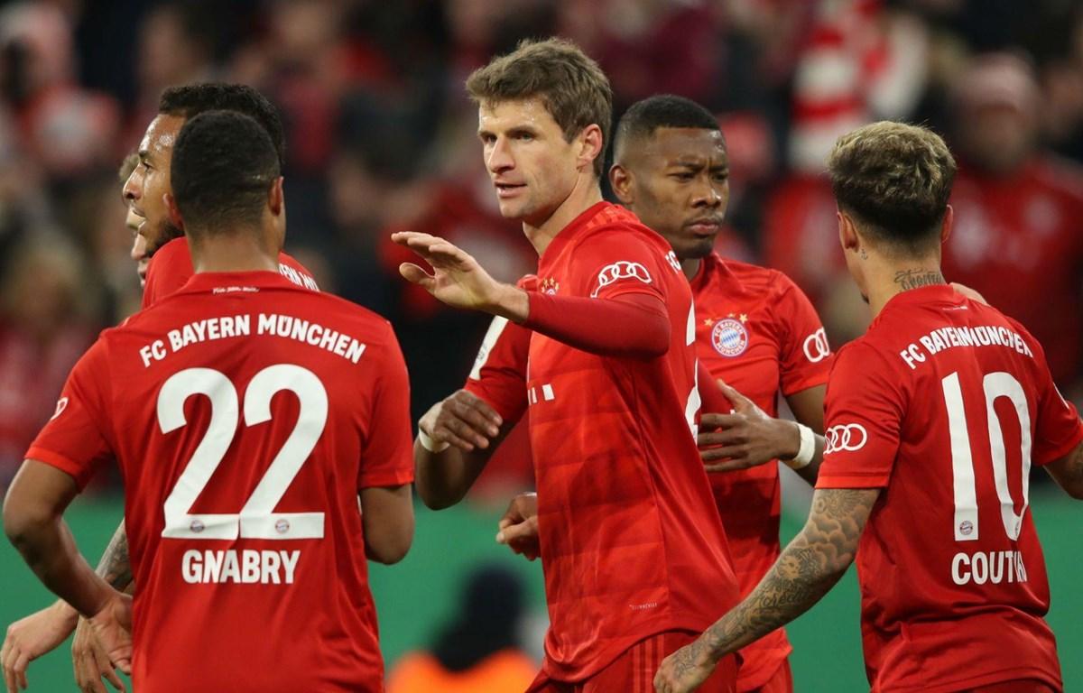 Mueller và Bayern ngược dòng thành công.