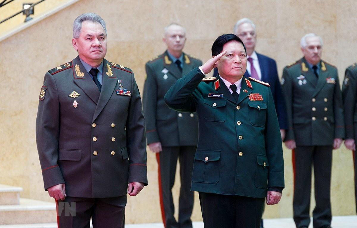 Bộ trưởng Quốc phòng Nga Sergey Shoigu và Bộ trưởng Quốc phòng Việt Nam Ngô Xuân Lịch tại Lễ đón chính thức. (Ảnh: Trần Hiếu/TTXVN)