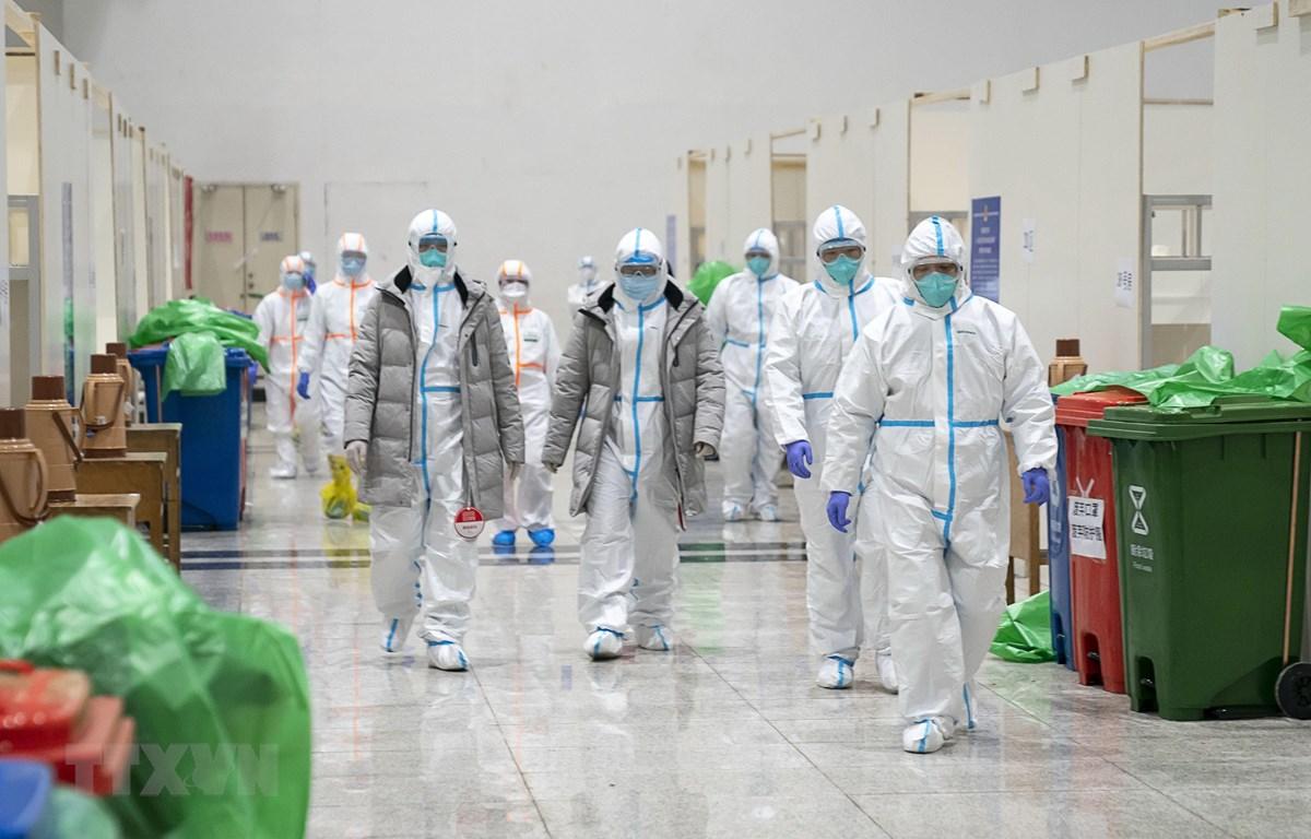 Nhân viên y tế làm việc tại bệnh viện dã chiến ở Vũ Hán, tỉnh Hồ Bắc, Trung Quốc, ngày 5/2/2020. (Ảnh: THX/TTXVN)
