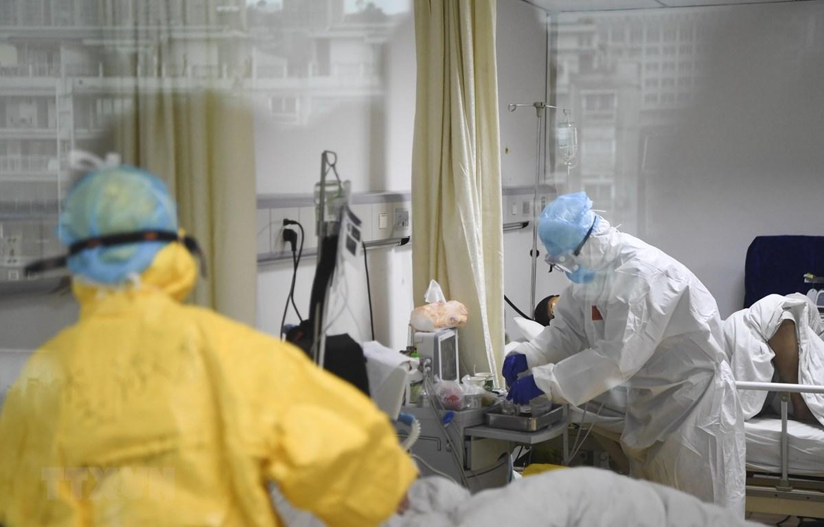 Điều trị cho bệnh nhân nhiễm virus corona chủng mới tại một bệnh viện ở Trùng Khánh, Trung Quốc. (Ảnh: THX/TTXVN)