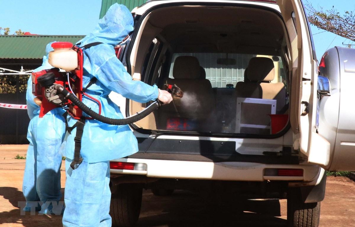 Khử trùng phương tiện đã vận chuyển bệnh nhân nghi nhiễm nCoV. (Ảnh: Tuấn Anh/TTXVN)