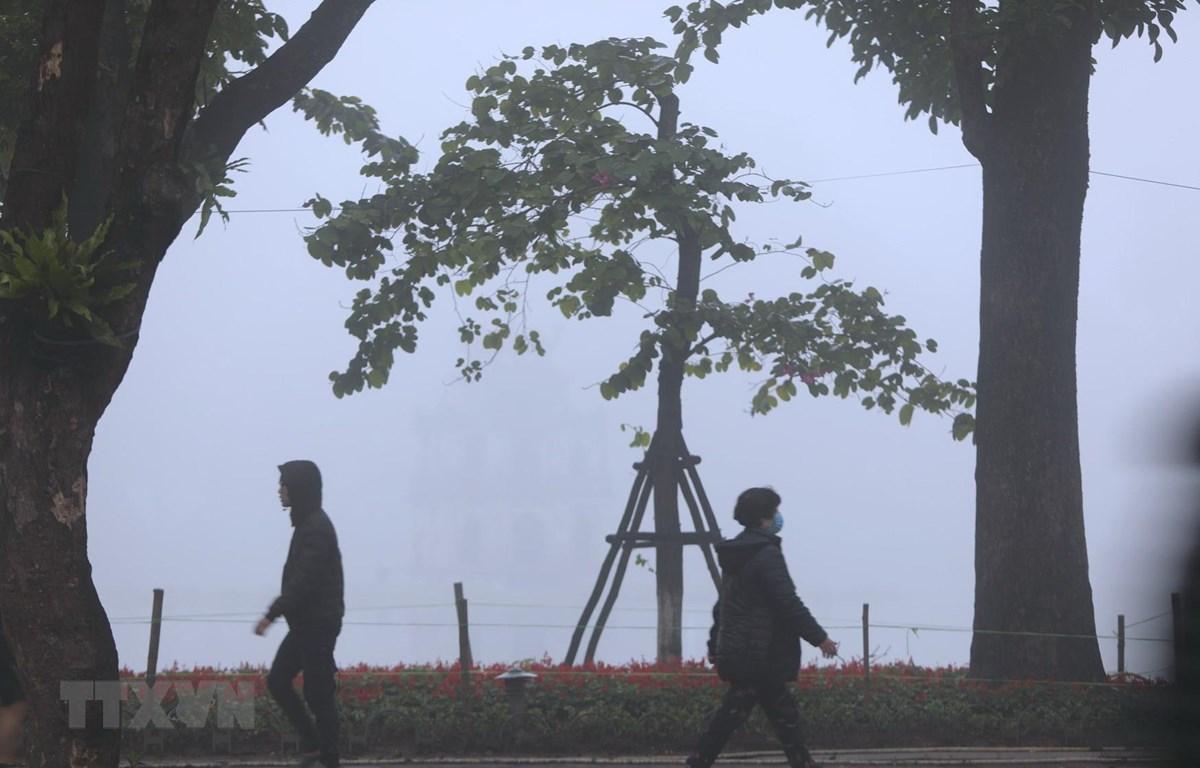 Sương mù tại khu vực Hồ Hoàn Kiếm. (Ảnh: Thành Đạt/TTXVN)