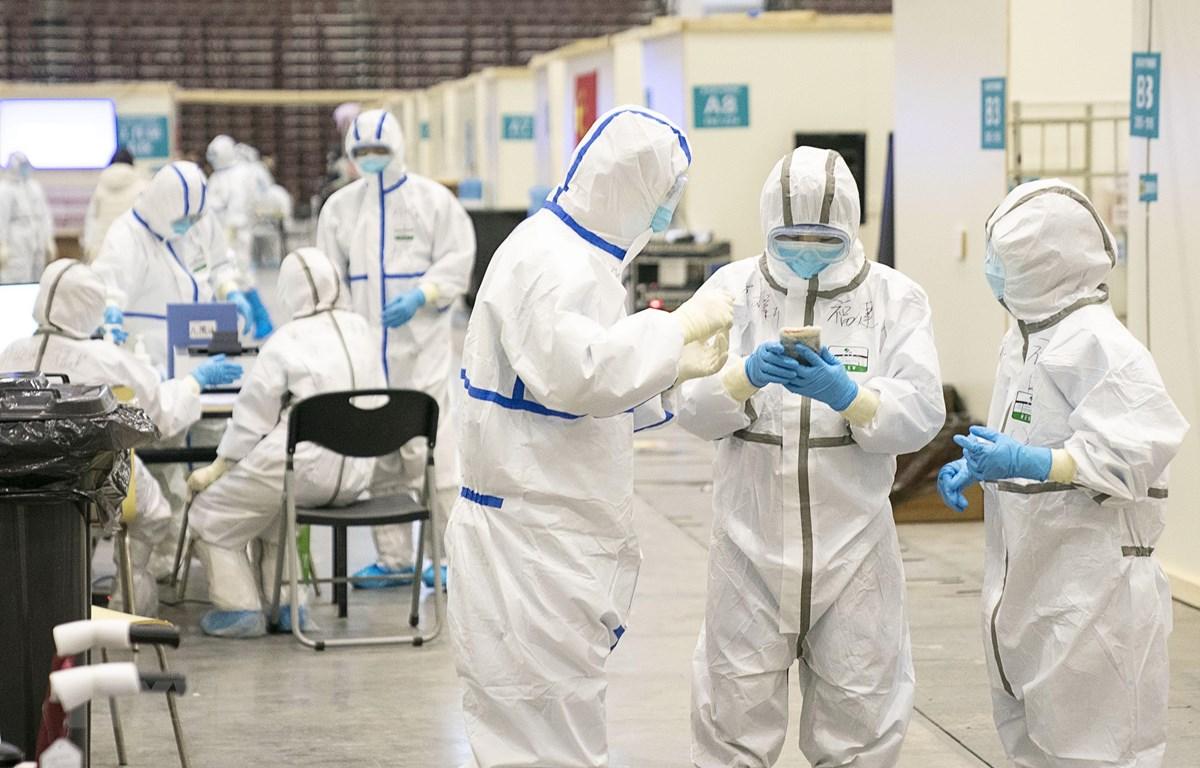 Nhân viên y tế làm việc tại bệnh viện dã chiến ở Vũ Hán, tỉnh Hồ Bắc, Trung Quốc. (Ảnh: THX/TTXVN)