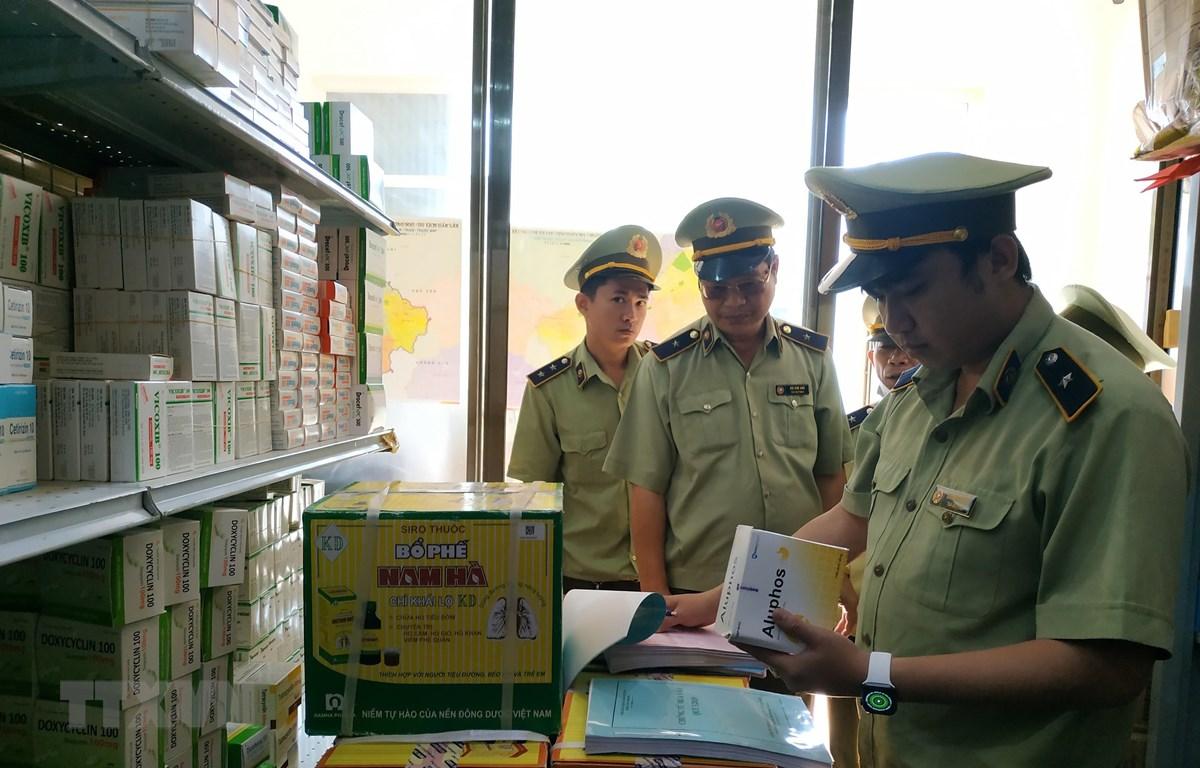 Trong ảnh: Lực lượng chức năng kiểm tra các cơ sở kinh doanh.( Ảnh: Tuấn Anh/TTXVN)