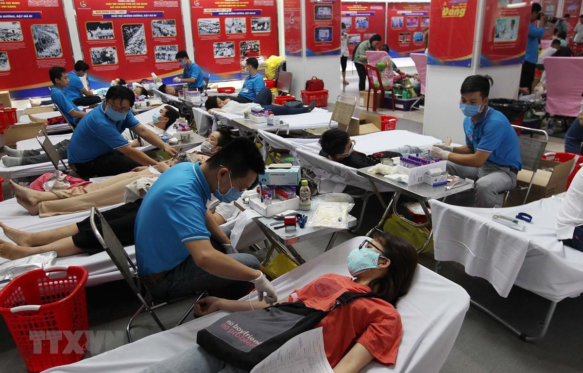 Đông đảo đoàn viên, thanh niên công nhân và lực lượng Công an Thành phố Hồ Chí Minh hiến máu tình nguyện vào sáng 16/2. (Ảnh: Thanh Vũ/TTXVN)