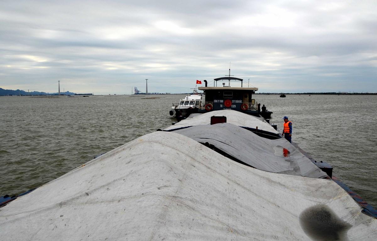 Tàu TB 1329 đã được dẫn giải về khu vực neo đậu an toàn, tiến hành các biện pháp điều tra, xác minh và xử lý theo quy định của pháp luật: (Ảnh: TTXVN)