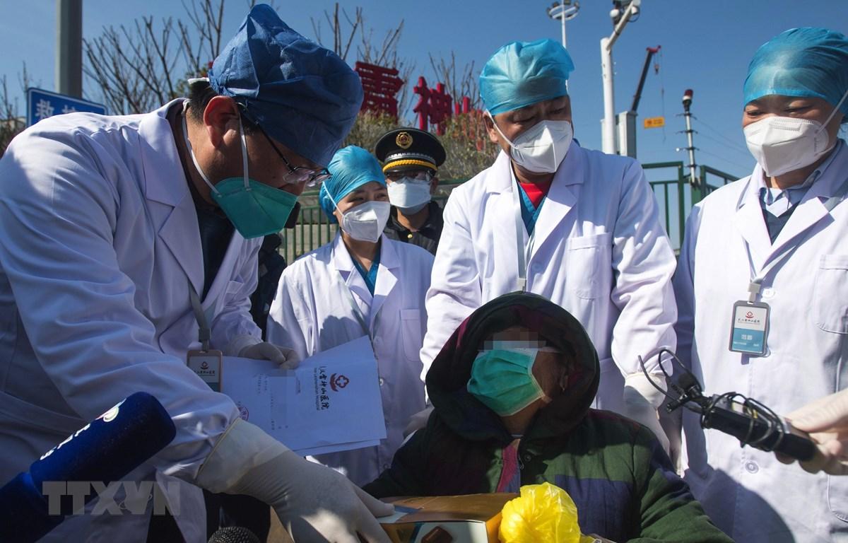 Bệnh nhân nhiễm COVID-19 xuất viện sau khi được chữa khỏi tại bệnh viện dã chiến ở Vũ Hán, tỉnh Hồ Bắc, Trung Quốc. (Ảnh: THX/TTXVN)