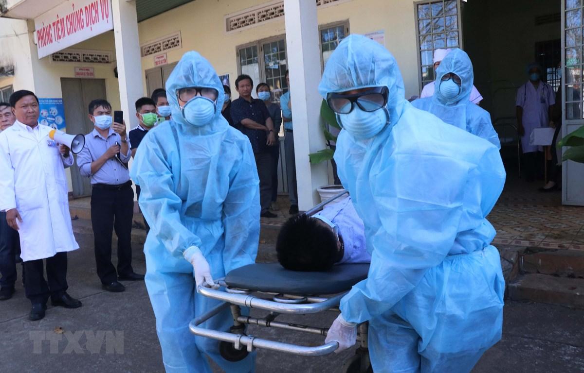 Ngành Y tế Đắk Lắk tổ chức diễn tập xử lý tình huống khi có bệnh nhân nghi nhiễm và nhiễm COVID-19. (Ảnh: Tuấn Anh/TTXVN)