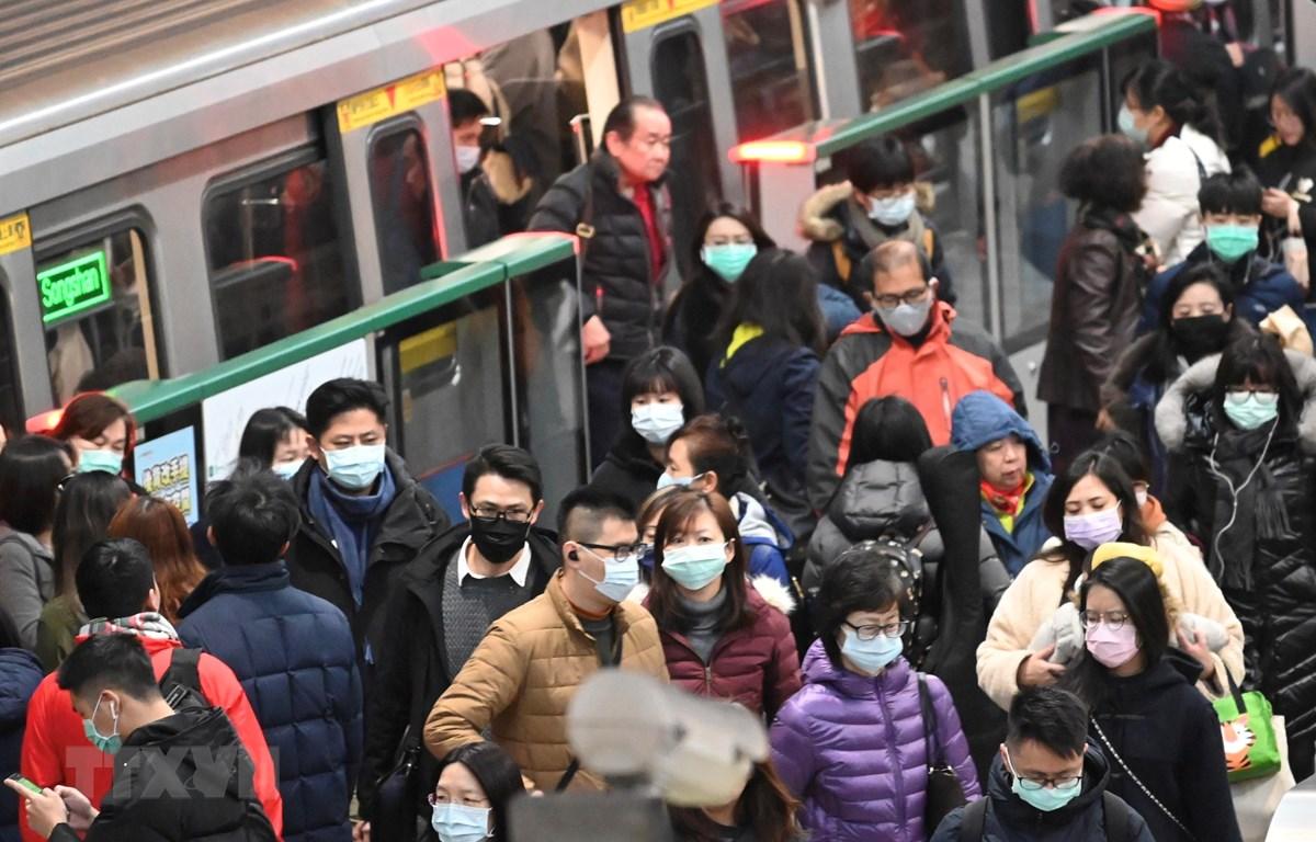Người dân đeo khẩu trang để phòng tránh lây nhiễm COVID-19 tại Đài Bắc, Đài Loan, Trung Quốc. (Ảnh: AFP/TTXVN)