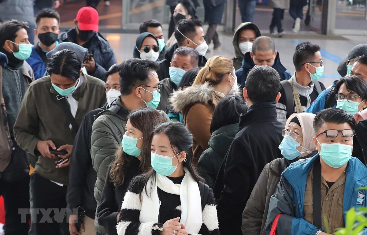 Khách du lịch đeo khẩu trang để phòng tránh lây nhiễm COVID-19 tại nhà ga tàu hỏa ở Seoul, Hàn Quốc. (Ảnh: Yonhap/TTXVN)