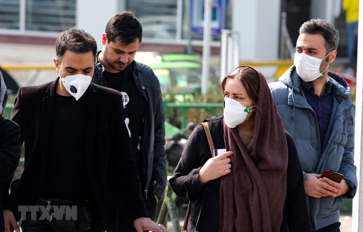 Người dân đeo khẩu trang đề phòng lây nhiễm COVID-19 tại Tehran, Iran ngày 22/2. (Ảnh: AFP/TTXVN)