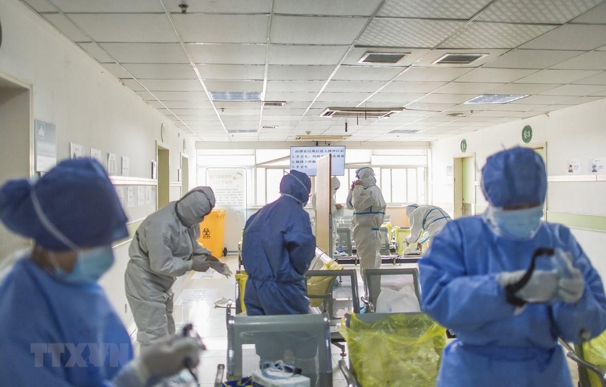 Nhân viên y tế làm việc tại khu vực cách ly của bệnh viện Vũ Hán, tỉnh Hồ Bắc, Trung Quốc ngày 22/2. (Ảnh: THX/TTXVN)