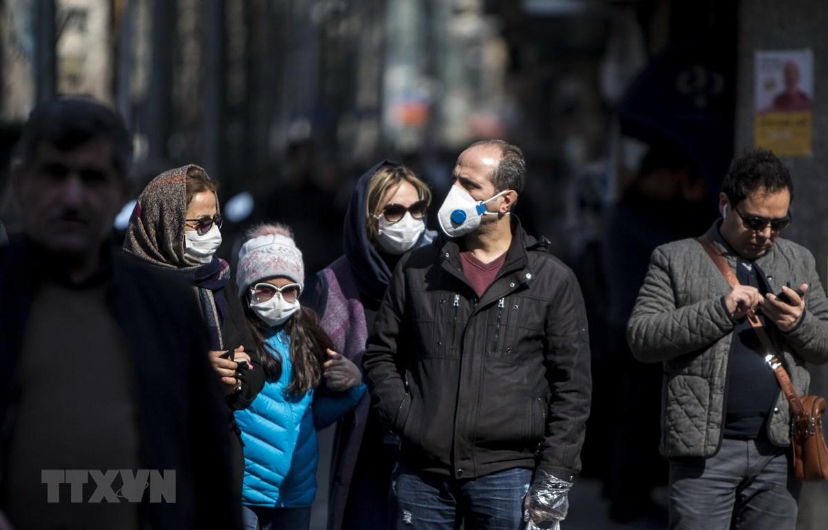 Người dân đeo khẩu trang để phòng tránh lây nhiễm COVID-19 tại Tehran, Iran, ngày 23/2/2020. (Ảnh: THX/TTXVN)
