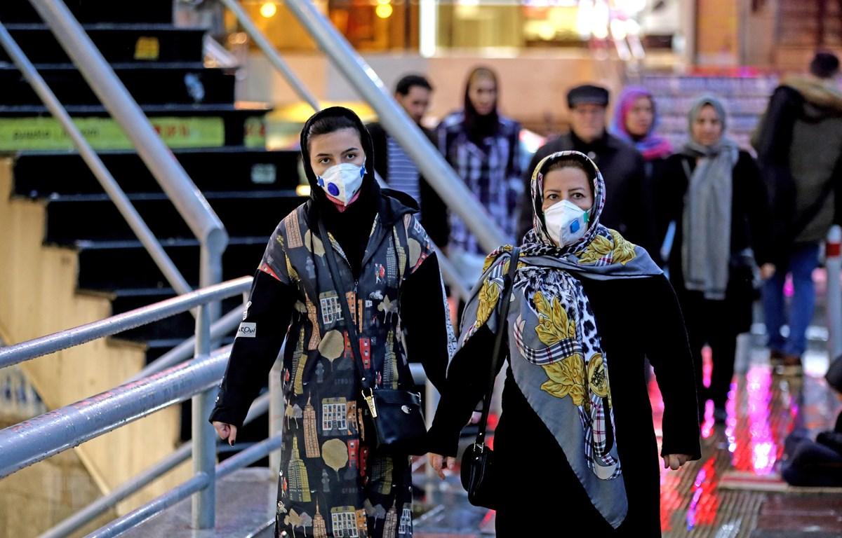 Người dân đeo khẩu trang đề phòng lây nhiễm COVID-19 tại thủ đô Tehran, Iran ngày 20/2. (Ảnh: AFP/TXTVN)