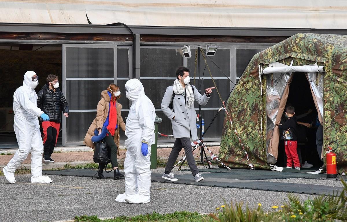 Nhân viên y tế Italy làm nhiệm vụ tại khu cách ly của một sân bay quân sự ở Pratica di Mare, phía Nam thủ đô Rome. (Ảnh: AFP/TTXVN)