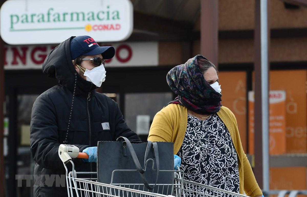 Người dân đeo khẩu trang phòng dịch viêm đường hô hấp cấp COVID-19 tại thị trấn Casalpusterlengo, Italy ngày 23/2. (Ảnh: AFP/TTXVN)
