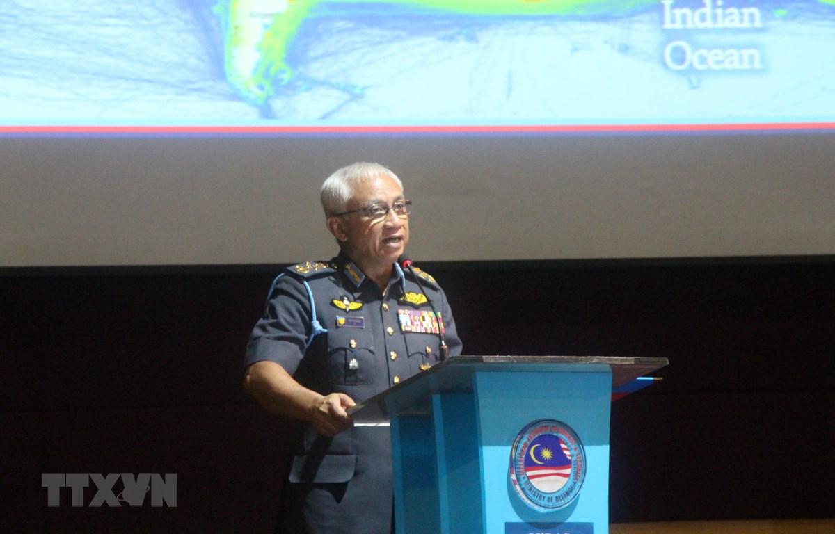 Tổng Tư lệnh Quân đội Malaysia, tướng Haji Affendi Buang phát biểu tại Đối thoại. (Ảnh: Mạnh Tuân/TTXVN)