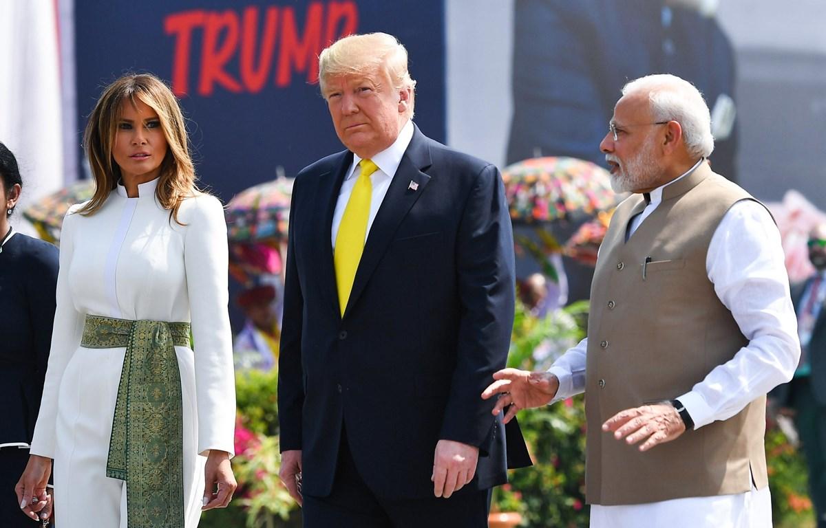Thủ tướng Ấn Độ Narenda Modi (phải) đón Tổng thống Mỹ Donald Trump (giữa) và Đệ nhất phu nhân Melania Trump tại sân bay quốc tế Sardar Vallabhbhai Patel. (Ảnh: AFP/TTXVN)