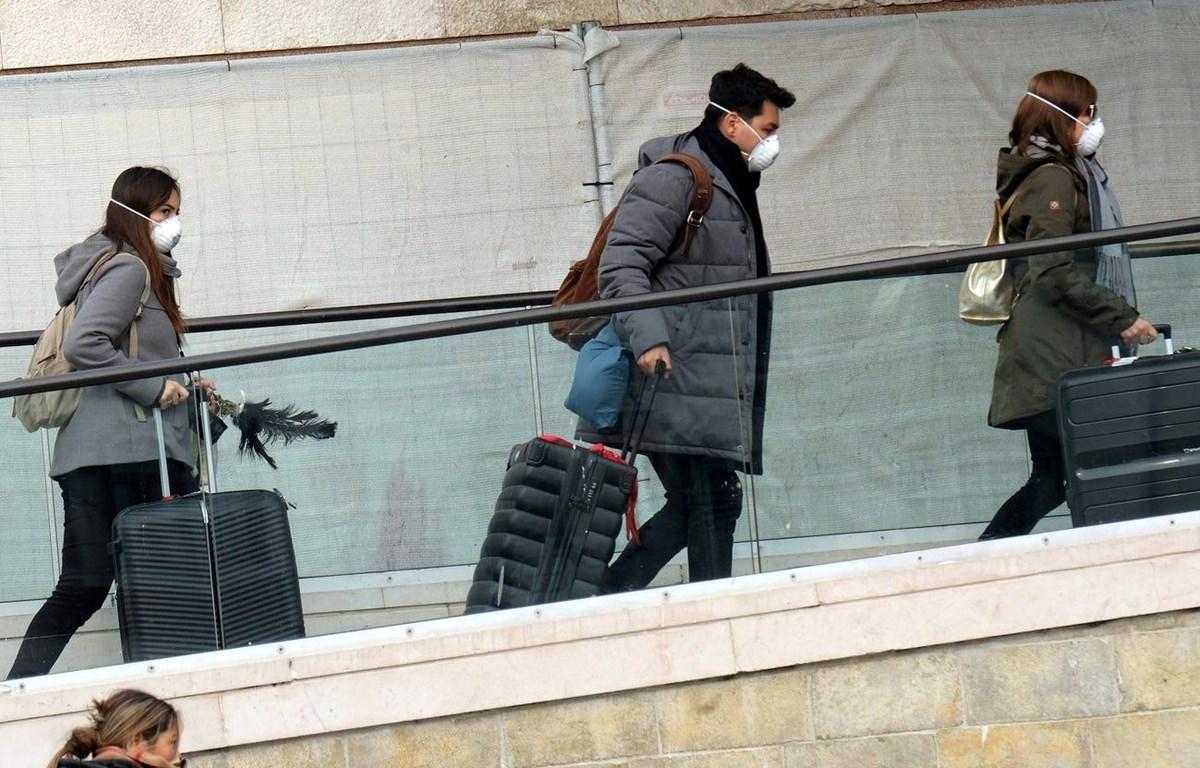 Người dân Mỹ đeo khẩu trang trước lo ngại về dịch COVID-19. (Nguồn: Reuters)