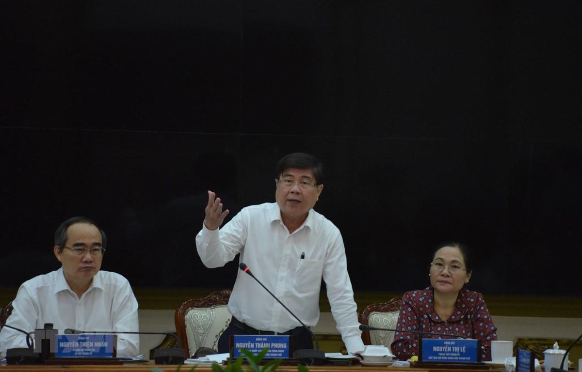 Chủ tịch UBND Thành phố Hồ Chí Minh Nguyễn Thành Phong chỉ đạo công tác phòng chống dịch COVID-19 trên địa bàn. (Ảnh: Hứa Chung/TTXVN)