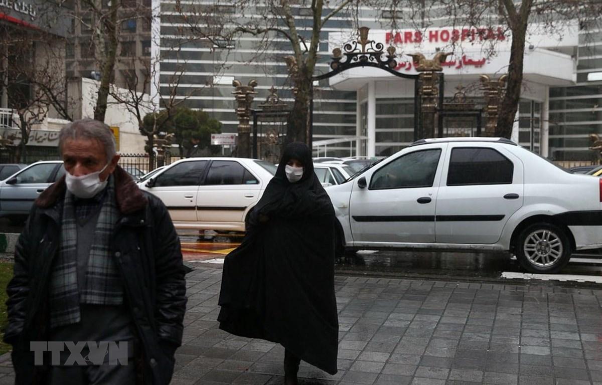 Người dân đeo khẩu trang phòng lây nhiễm virus SARS-CoV-2 tại Tehran, Iran. (Ảnh: Reuters/TTXVN)